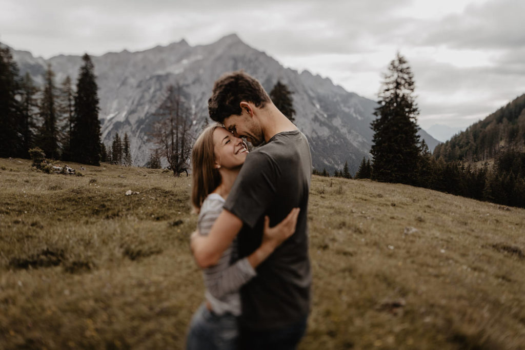 Paarshooting Verlobungsshooting Alm Berge Tirol